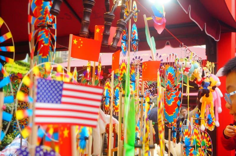 Shenzhen, China: De met de hand gemaakte poppen en het speelgoed worden gehouden van door kinderen bij het winkelen festivallen stock fotografie