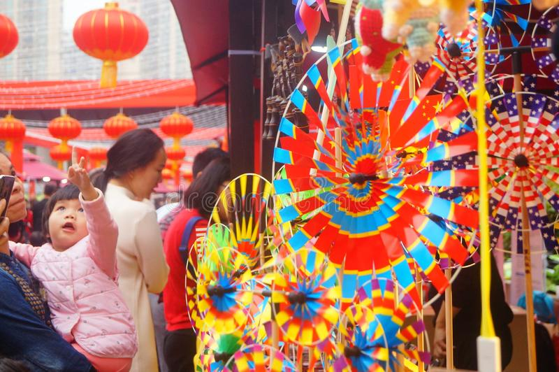 Shenzhen, China: De met de hand gemaakte poppen en het speelgoed worden gehouden van door kinderen bij het winkelen festivallen royalty-vrije stock fotografie
