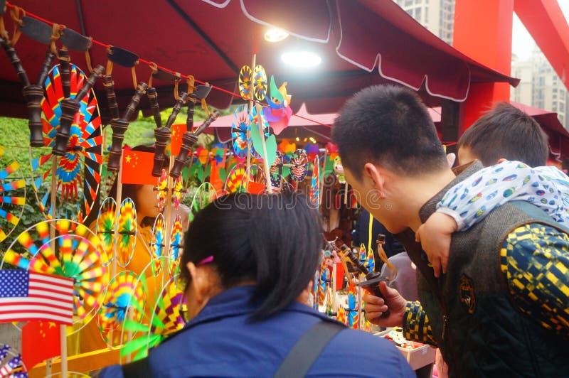 Shenzhen, China: De met de hand gemaakte poppen en het speelgoed worden gehouden van door kinderen bij het winkelen festivallen stock foto