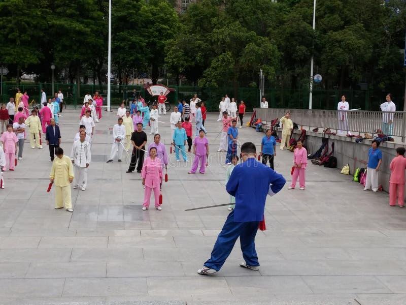 Shenzhen, China: in de ochtend, op middelbare leeftijd en bejaarden en vrouwen leer tai chizwaard opleiding in het vierkant royalty-vrije stock afbeeldingen