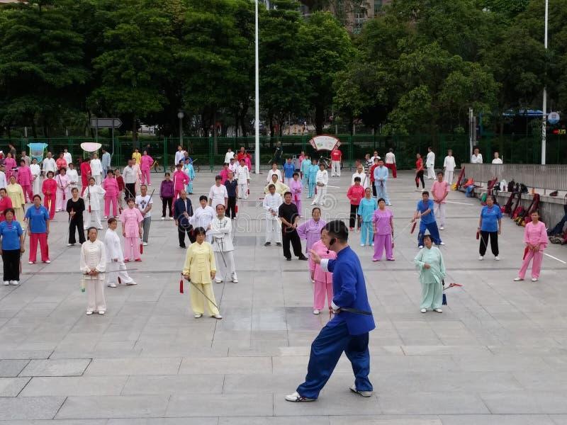 Shenzhen, China: in de ochtend, op middelbare leeftijd en bejaarden en vrouwen leer tai chizwaard opleiding in het vierkant royalty-vrije stock fotografie