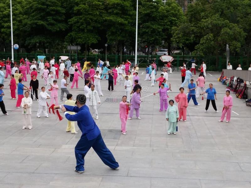 Shenzhen, China: in de ochtend, op middelbare leeftijd en bejaarden en vrouwen leer tai chizwaard opleiding in het vierkant royalty-vrije stock foto
