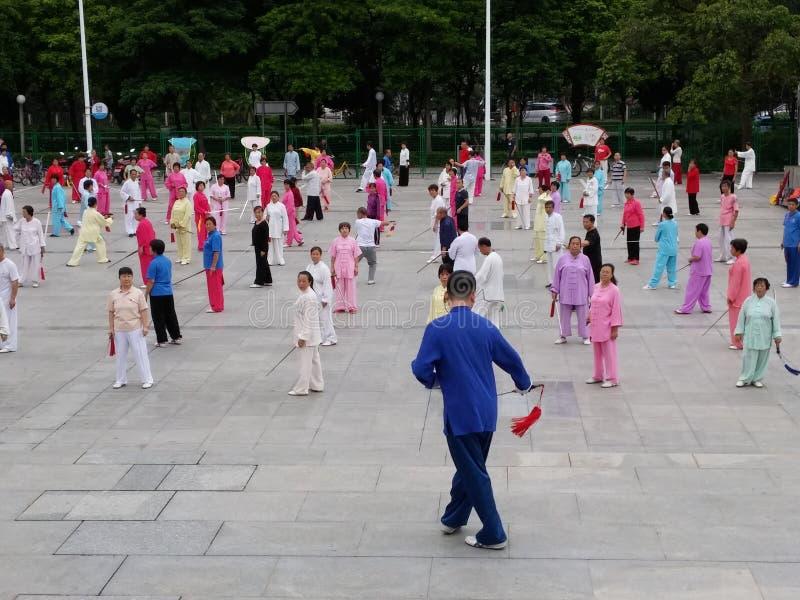 Shenzhen, China: in de ochtend, op middelbare leeftijd en bejaarden en vrouwen leer tai chizwaard opleiding in het vierkant royalty-vrije stock foto's