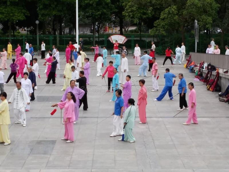 Shenzhen, China: in de ochtend, op middelbare leeftijd en bejaarden en vrouwen leer tai chizwaard opleiding in het vierkant stock foto