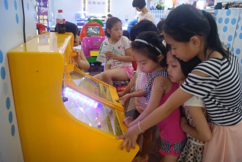 Shenzhen, China: de speelplaats van kinderen stock foto's