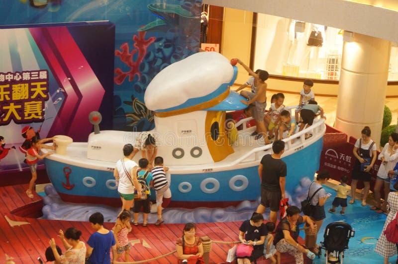 Shenzhen, China: de zomervakantie, kinderenspel bij kinderen` s speelplaats royalty-vrije stock afbeelding
