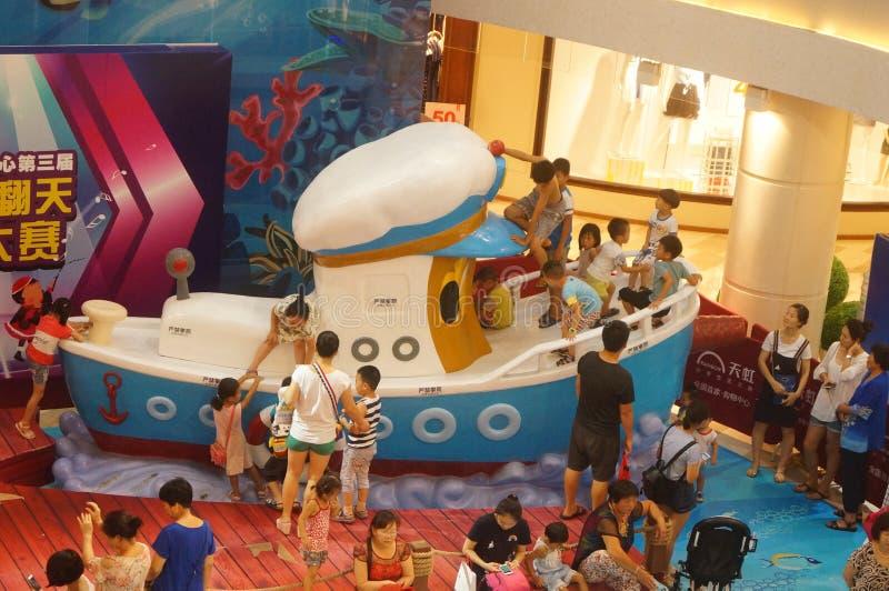 Shenzhen, China: de zomervakantie, kinderenspel bij kinderen` s speelplaats royalty-vrije stock foto