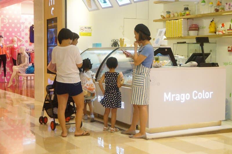 Shenzhen, China: de zomervakantie, kinderenspel bij kinderen` s speelplaats stock afbeelding