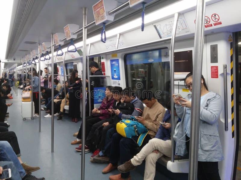 Shenzhen, China: el paisaje en la noche, la gente del tráfico del subterráneo del coche de subterráneo fotografía de archivo