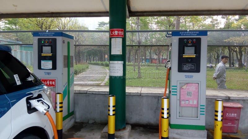 Shenzhen, China: Elektro-Mobil-Ladestation und Aufladungsanlagen-Landschaft lizenzfreie stockfotografie