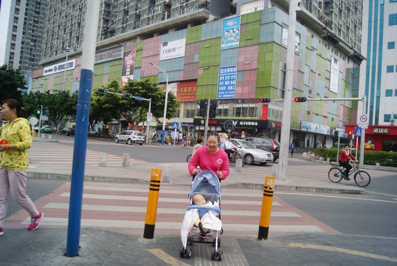 Shenzhen, China: het duwen van een kinderwagen stock foto's