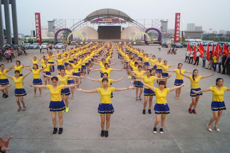 Shenzhen, China: het Quadrilleconcurrentie van duizend mensen stock foto's