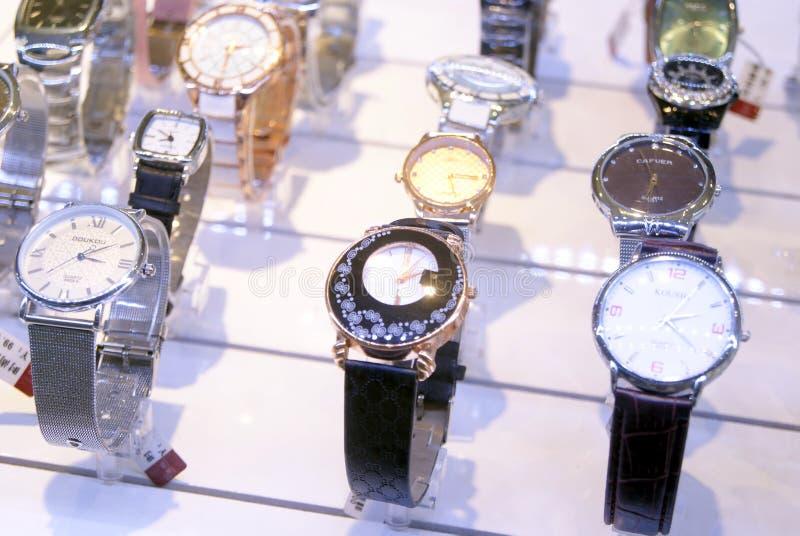 Shenzhen, China: horloge op verkoop stock foto's