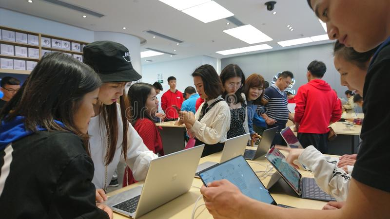 Shenzhen, China: Huawei-Handy- und -laptopspeicher stockfoto