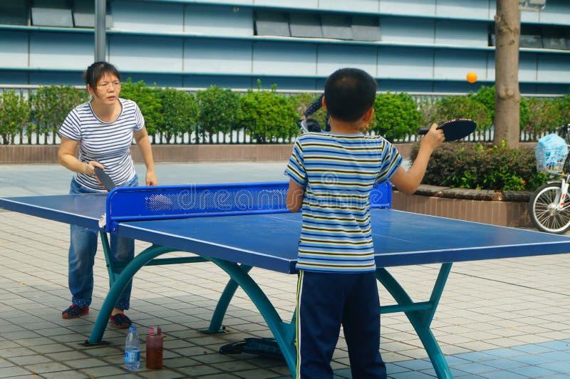 Shenzhen, China: Kinder, die Tischtennis-Eignung spielen stockfotos