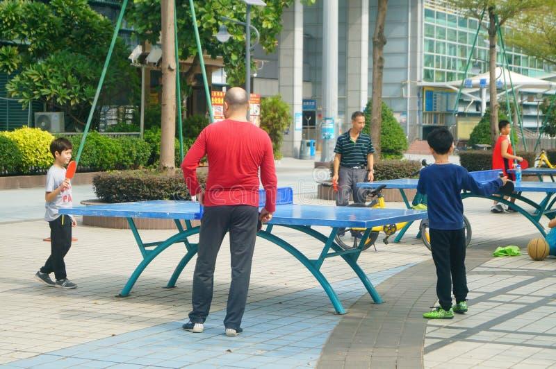Shenzhen, China: Kinder, die Tischtennis-Eignung spielen lizenzfreie stockfotografie