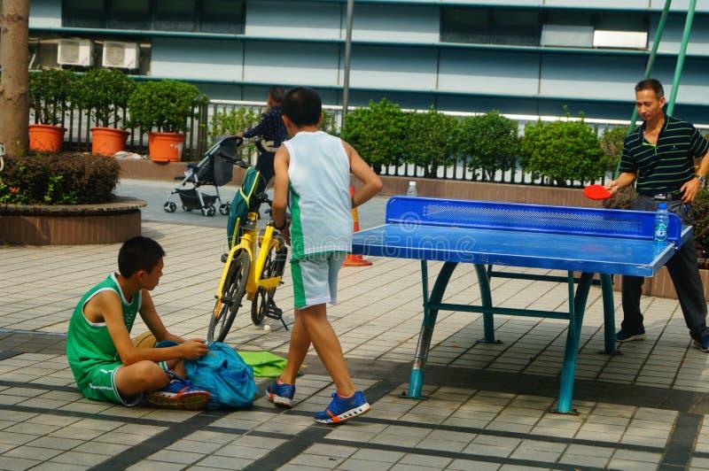 Shenzhen, China: Kinder, die Tischtennis-Eignung spielen lizenzfreies stockfoto