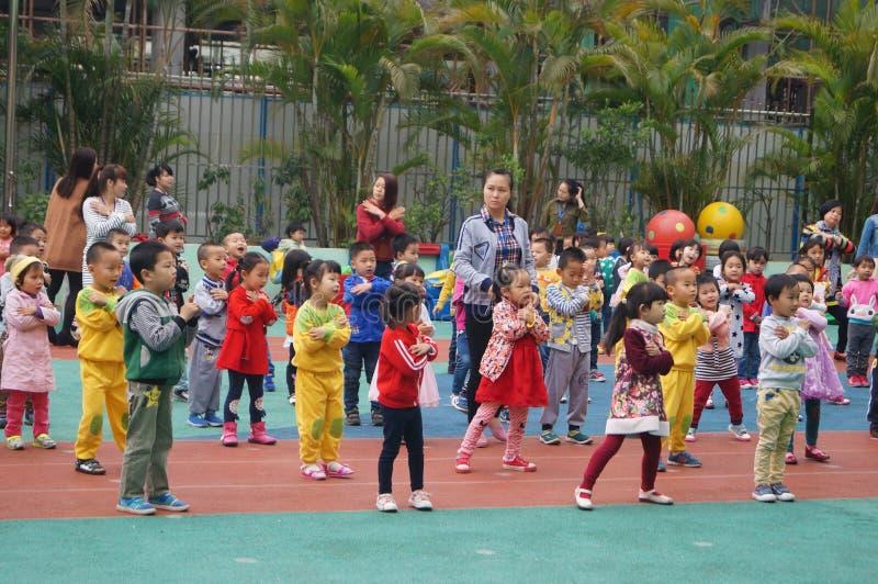 Shenzhen, China: kleuterschoolspeelplaats, kinderen in activiteiten stock foto's