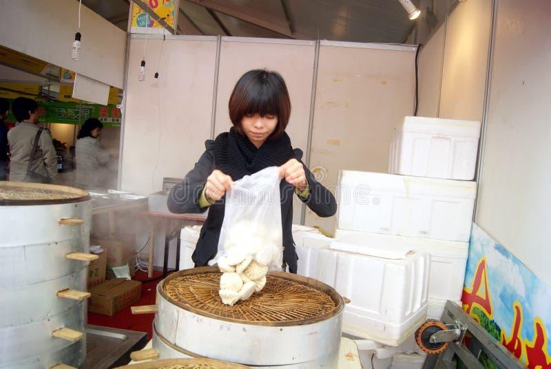 Shenzhen, China: la tienda rellena cocida al vapor del bollo foto de archivo