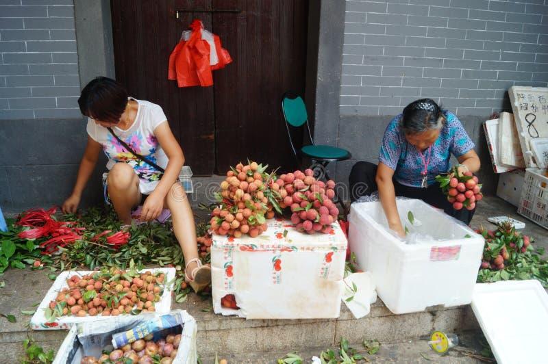 Shenzhen, China: la venta del lichí fotos de archivo