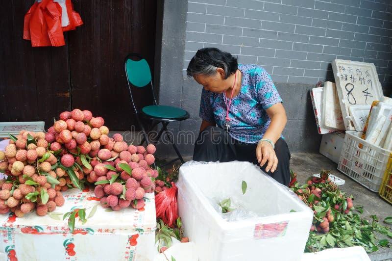 Shenzhen, China: la venta del lichí imagen de archivo