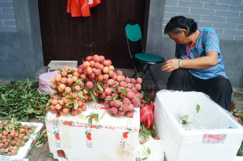 Shenzhen, China: la venta del lichí imagen de archivo libre de regalías