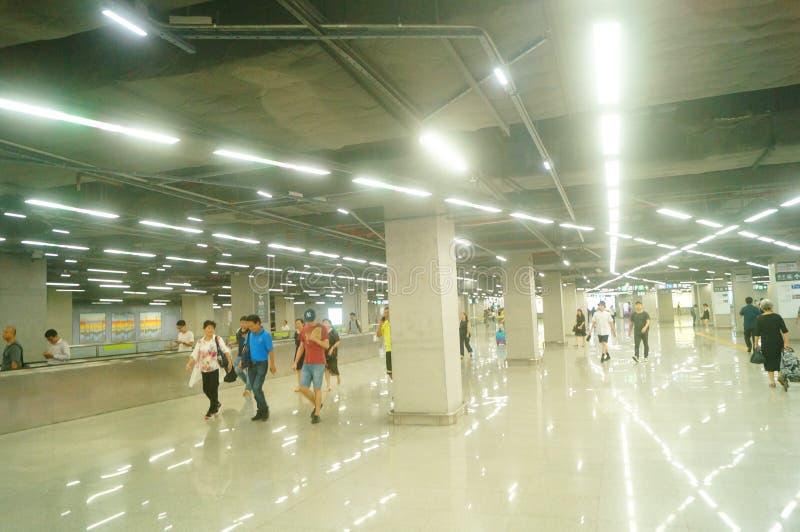 Shenzhen, China: Landschaft von Che Kung Temple-U-Bahnstation, von Mann und von weiblichen Passagieren lizenzfreie stockfotografie