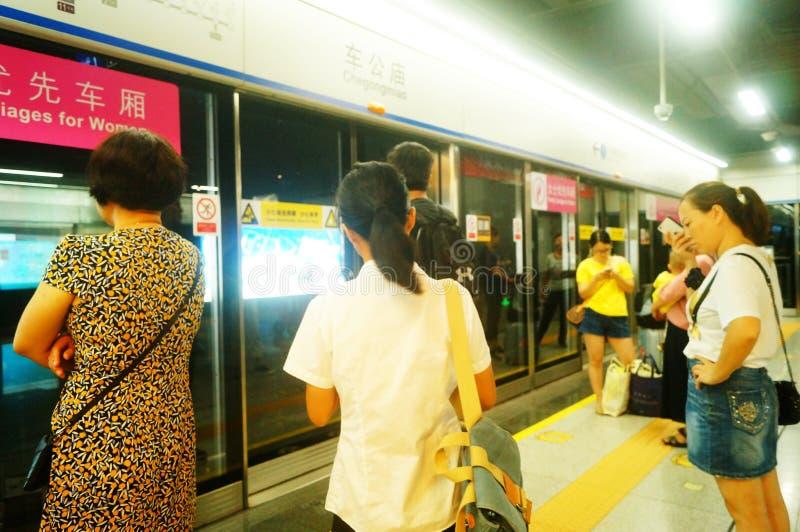 Shenzhen, China: Landschaft von Che Kung Temple-U-Bahnstation, von Mann und von weiblichen Passagieren lizenzfreies stockfoto