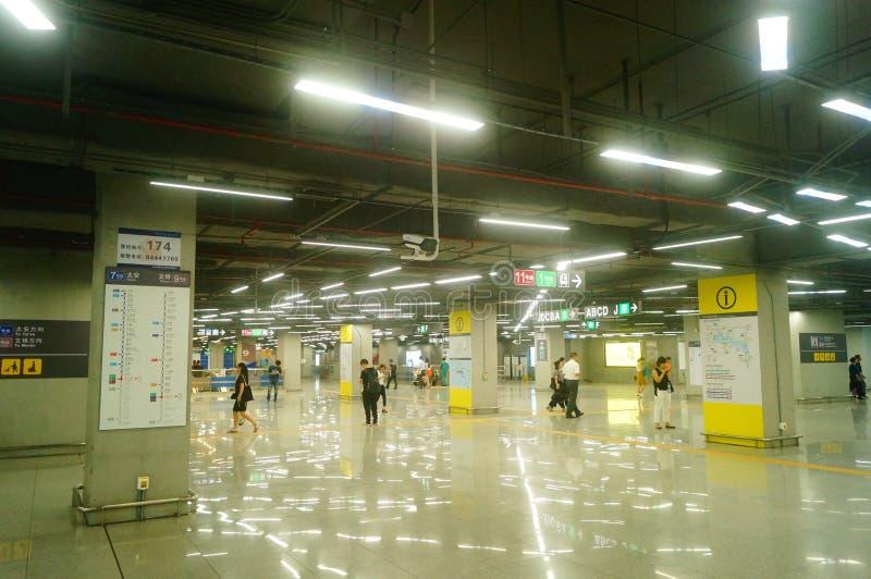 Shenzhen, China: Landschaft von Che Kung Temple-U-Bahnstation, von Mann und von weiblichen Passagieren lizenzfreies stockbild