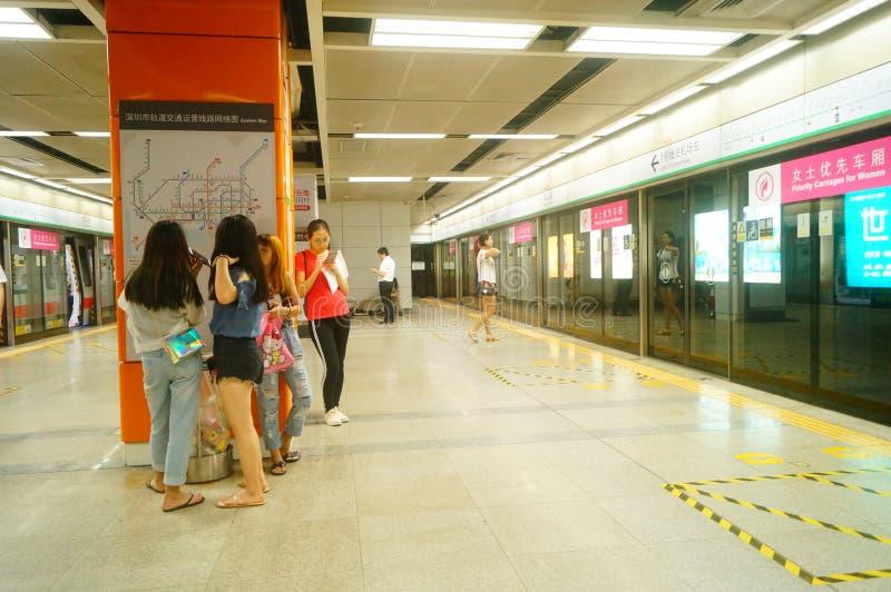 Shenzhen, China: Landschaft von Che Kung Temple-U-Bahnstation, von Mann und von weiblichen Passagieren stockfotografie
