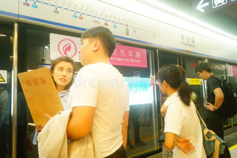 Shenzhen, China: Landschaft von Che Kung Temple-U-Bahnstation, von Mann und von weiblichen Passagieren lizenzfreie stockbilder