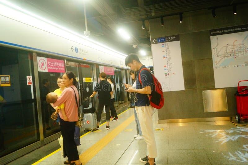 Shenzhen, China: Landschaft von Che Kung Temple-U-Bahnstation, von Mann und von weiblichen Passagieren stockbild