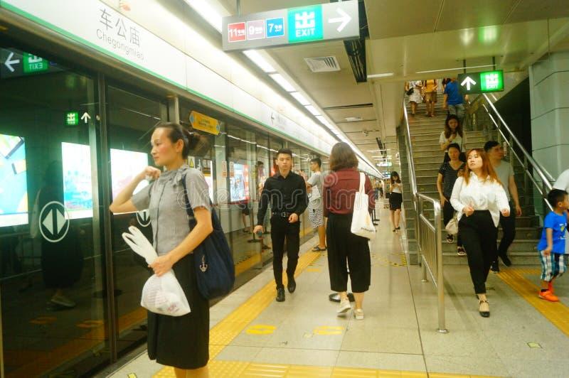Shenzhen, China: Landschaft von Che Kung Temple-U-Bahnstation, von Mann und von weiblichen Passagieren stockfoto