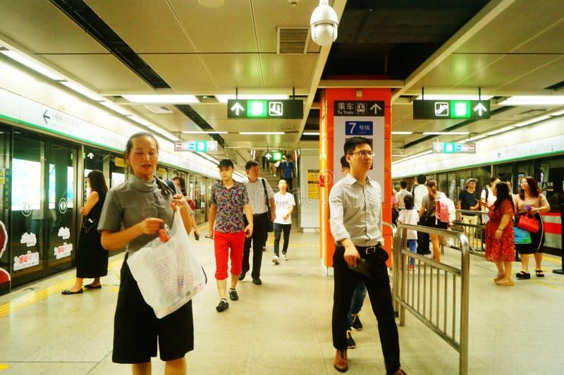 Shenzhen, China: Landschaft von Che Kung Temple-U-Bahnstation, von Mann und von weiblichen Passagieren stockfotos