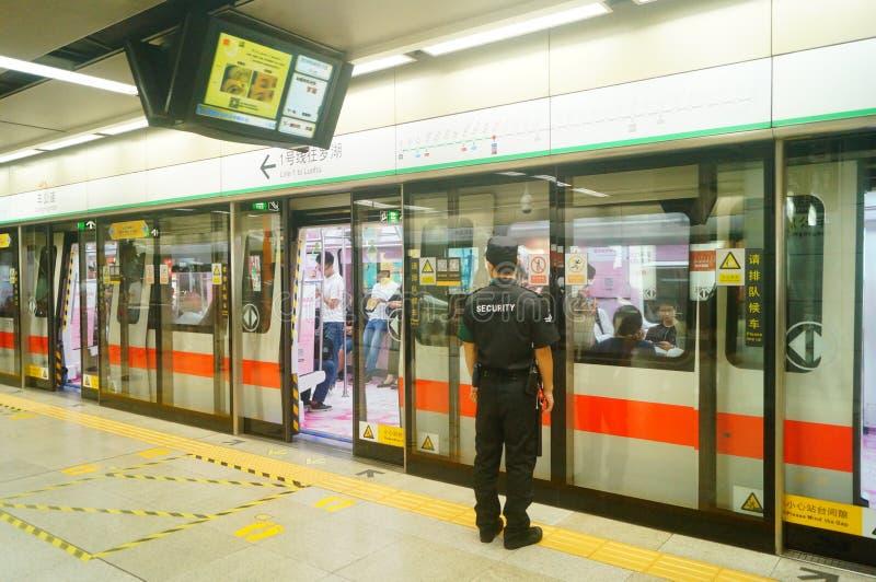 Shenzhen, China: Landschaft von Che Kung Temple-U-Bahnstation, von Mann und von weiblichen Passagieren stockbilder