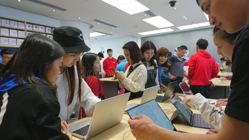 Shenzhen, China: loja do telefone celular e do portátil de huawei foto de stock