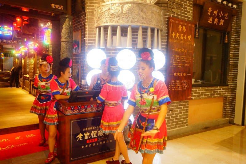 Shenzhen, China: Miao-Mädchen in Miao-Restaurant sind schön und gastfreundlich stockfoto
