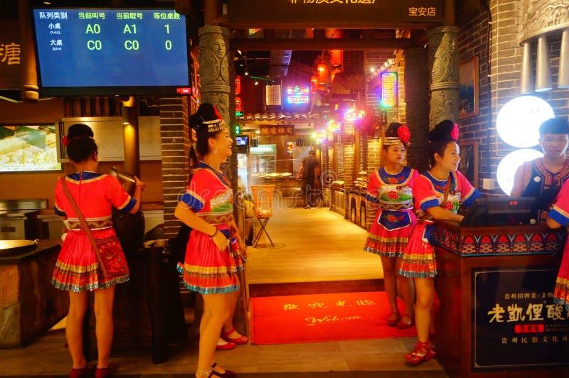 Shenzhen, China: Miao-Mädchen in Miao-Restaurant sind schön und gastfreundlich stockfotografie
