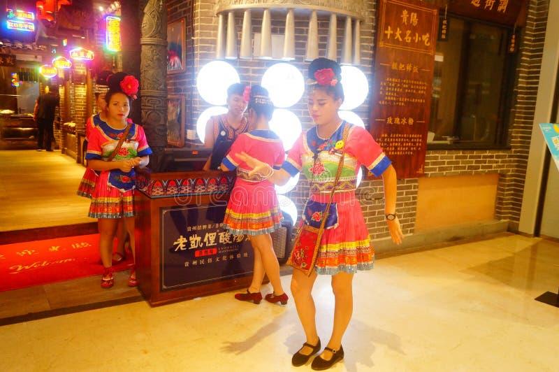Shenzhen, China: Miao-Mädchen in Miao-Restaurant sind schön und gastfreundlich lizenzfreie stockbilder