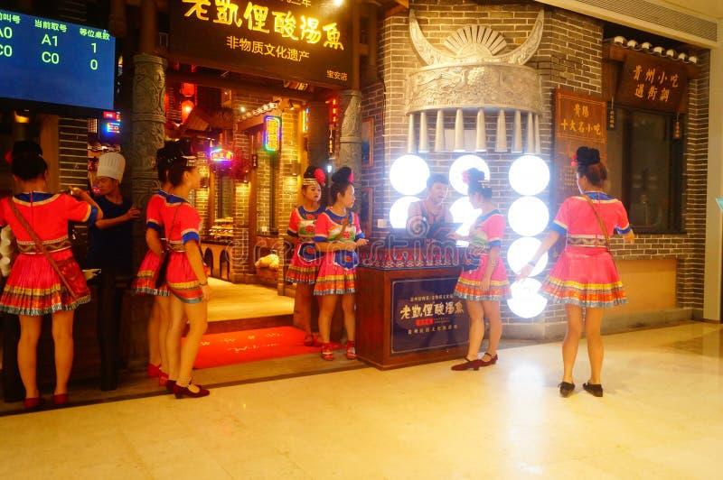 Shenzhen, China: Miao-Mädchen in Miao-Restaurant sind schön und gastfreundlich lizenzfreies stockfoto