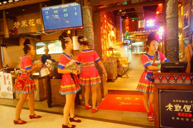 Shenzhen, China: Miao-Mädchen in Miao-Restaurant sind schön und gastfreundlich lizenzfreie stockfotos