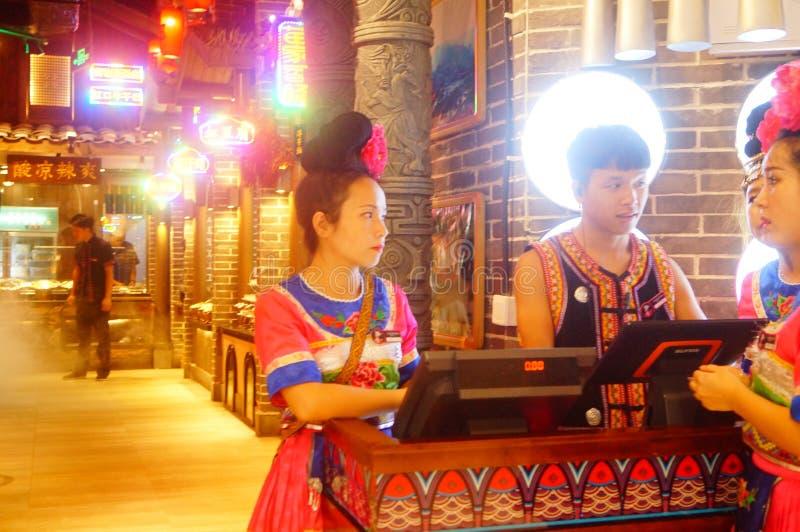 Shenzhen, China: Miao-Mädchen in Miao-Restaurant sind schön und gastfreundlich lizenzfreie stockfotografie