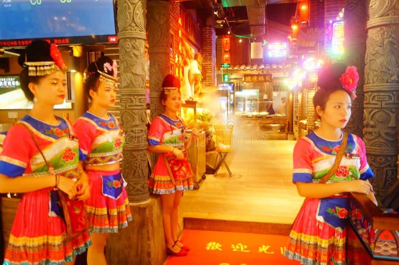 Shenzhen, China: Miao-Mädchen in Miao-Restaurant sind schön und gastfreundlich stockfotos