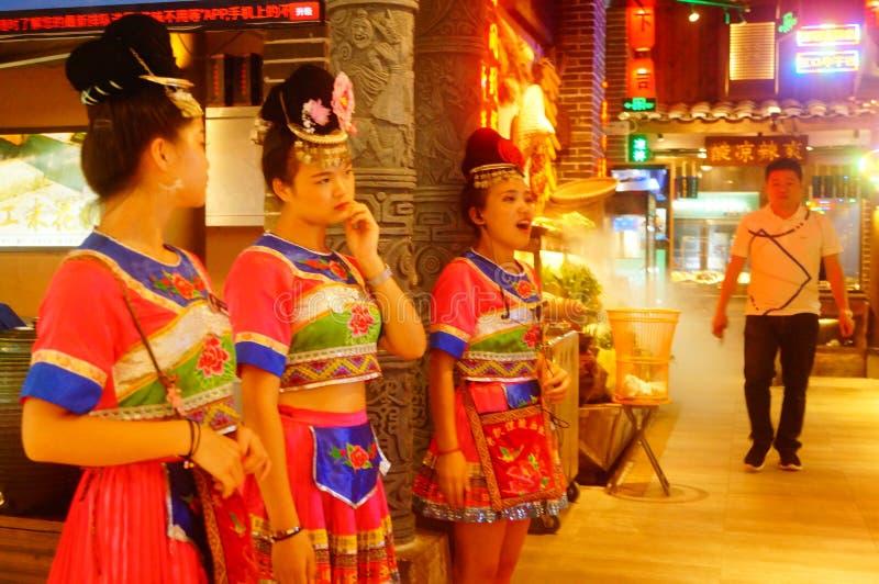 Shenzhen, China: Miao-Mädchen in Miao-Restaurant sind schön und gastfreundlich stockbild