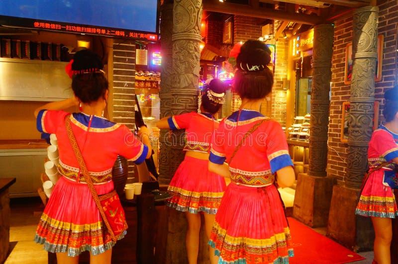 Shenzhen, China: Miao-Mädchen in Miao-Restaurant sind schön und gastfreundlich lizenzfreies stockbild