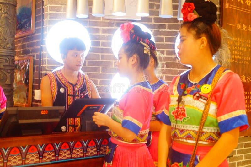 Shenzhen, China: Miao-Mädchen in Miao-Restaurant sind schön und gastfreundlich stockbilder