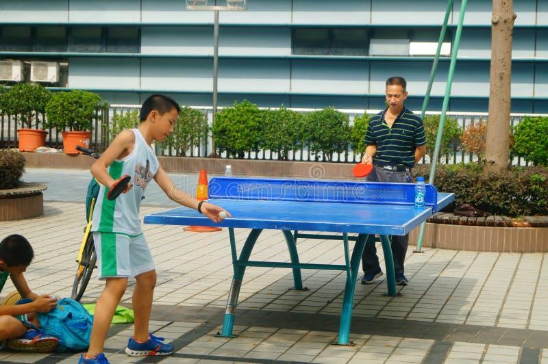 Shenzhen, China: Niños que juegan aptitud de los tenis de mesa imagenes de archivo