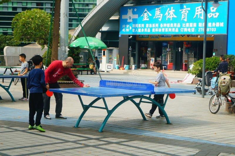 Shenzhen, China: Niños que juegan aptitud de los tenis de mesa imágenes de archivo libres de regalías