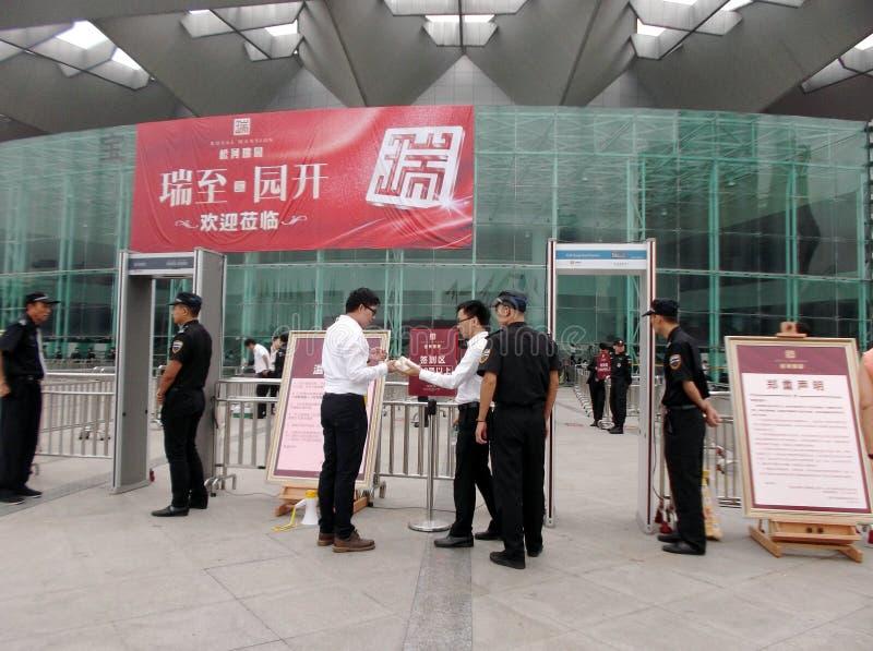 Shenzhen, China: nueva abertura del edificio, los guardias para guardar orden imágenes de archivo libres de regalías