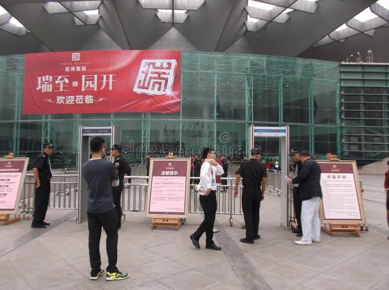 Shenzhen, China: nueva abertura del edificio, los guardias para guardar orden foto de archivo libre de regalías